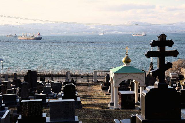外国人墓地から函館港を望む