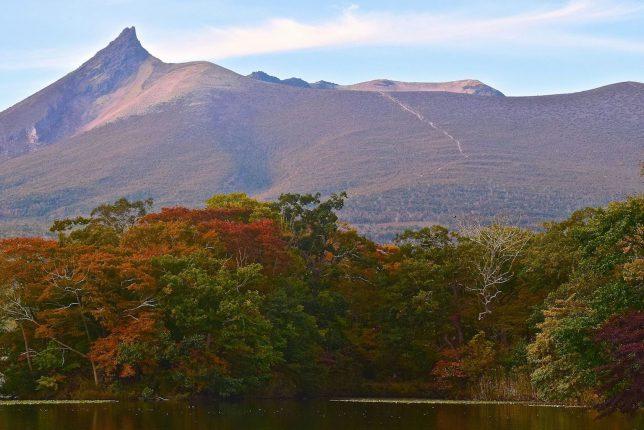 錦秋の大沼公園からみる駒ヶ岳