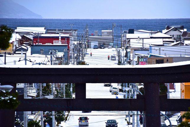 函館八幡宮境内から津軽海峡をみる