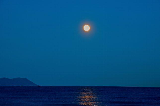 月の明かりが津軽海峡のさざ波に映る