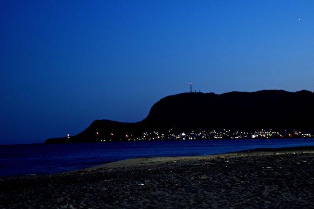 もうすでに函館山の麓の民家に明かりが灯っていた
