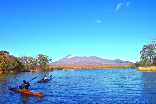 カヤックで水上クルーズを愉しむ人たち。