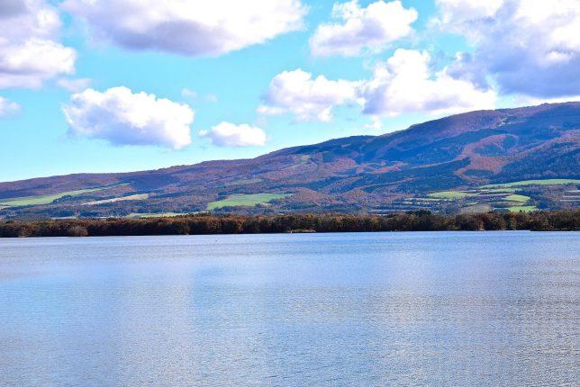 駒ヶ岳裾野へ湖畔道路を歩く。横津岳裾野に広がる牧草地が綺麗だ。
