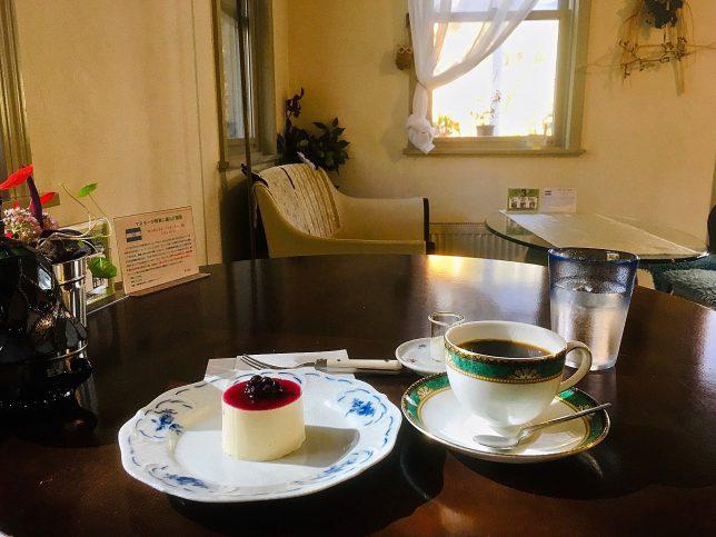 シャルル・ド・ミルのレアチーズケーキと珈琲