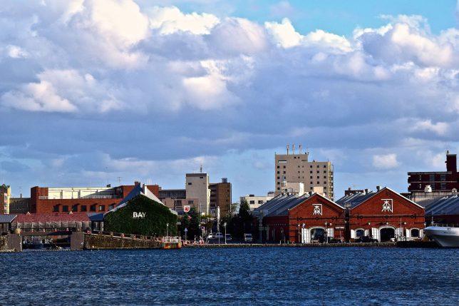 緑の島から赤煉瓦倉庫群をみる。