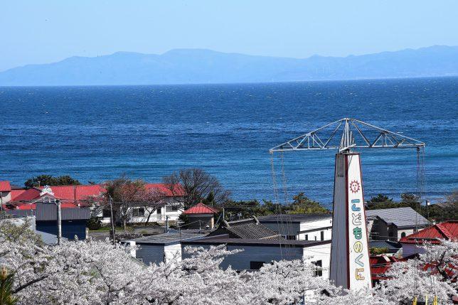 津軽海峡の向こうに下北半島がみえた