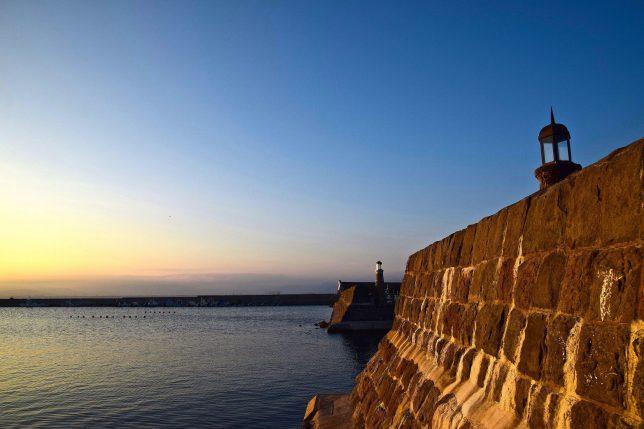 函館漁港を護る船入澗防波堤。石積みの防波堤で、函館湾の軍事要塞であった弁天岬台場を解体した石材で積まれていて、風情のある防波堤である。