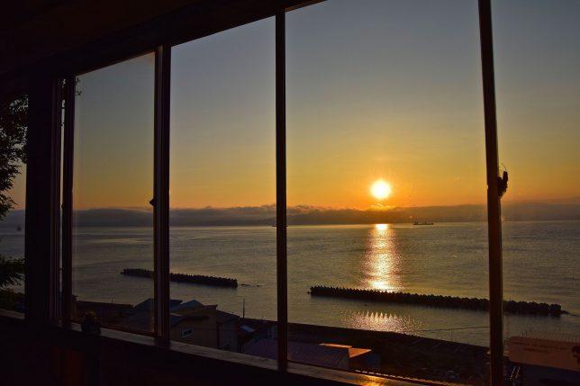 時々寄るカフェから見る函館湾の夕日。このカフェで紅茶を飲み本を読みながら夕日をみるのを愉しみにしている。