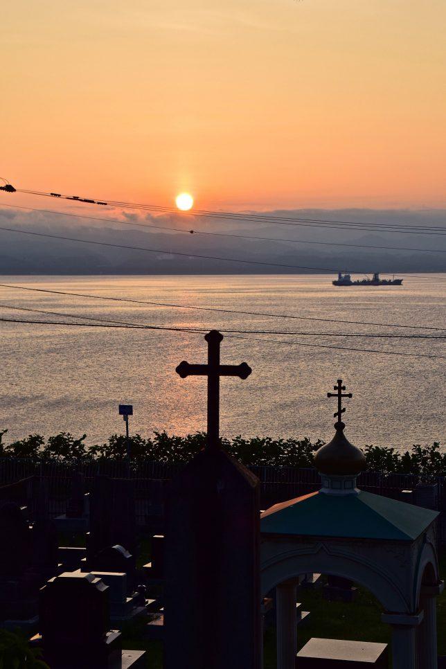 カフェを出て外国人墓地から夕日をみる。