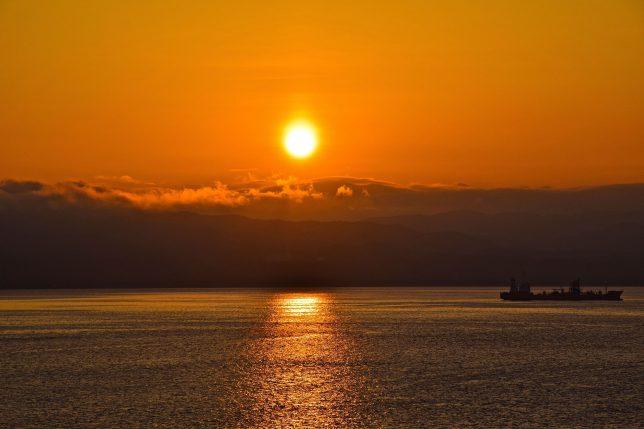 函館湾の夕日がもう少しで沈もうとしている。水面に映る夕日の名残りが綺麗だった。