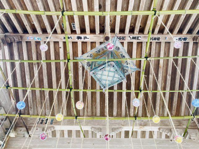 見上げると手水舎の垂木からたくさん鞠が吊り下げられていた