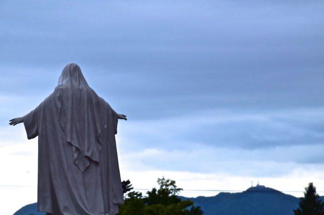 聖母マリア像が市街に向かって立つ。