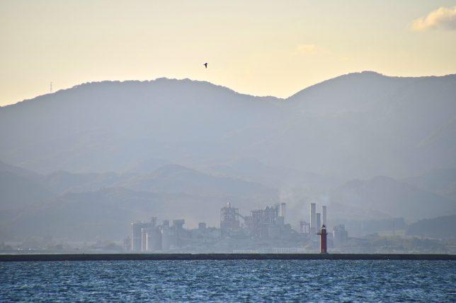 西の方を眺めると、薄靄の中から北斗市上磯のセメント工場のプラントが微かに見え、幻想的な景色だった。