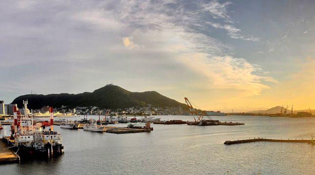 ともえ大橋に上がると函館港全体が見渡せる。青函連絡船記念館として停泊する摩周丸に隣接して、クルーズ船岸壁工事の最中で周辺には工事用の機材が船溜まりにたくさんみえる。