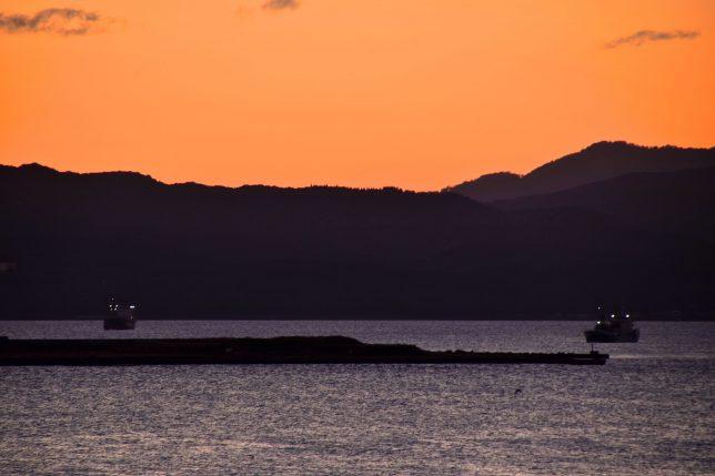 遠くにイカ釣り船だろうか、漁り火がみえる。