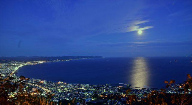 東の空を見ると、満月が津軽海峡の水面を淡く照らす。